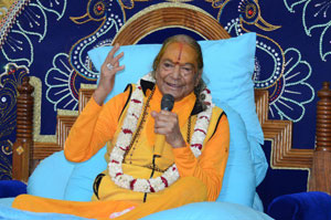 Jagadguru Shri Kripaluji Maharaj giving speech